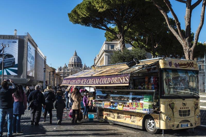 Voedselvrachtwagen op een straat in Rome, Italië stock foto