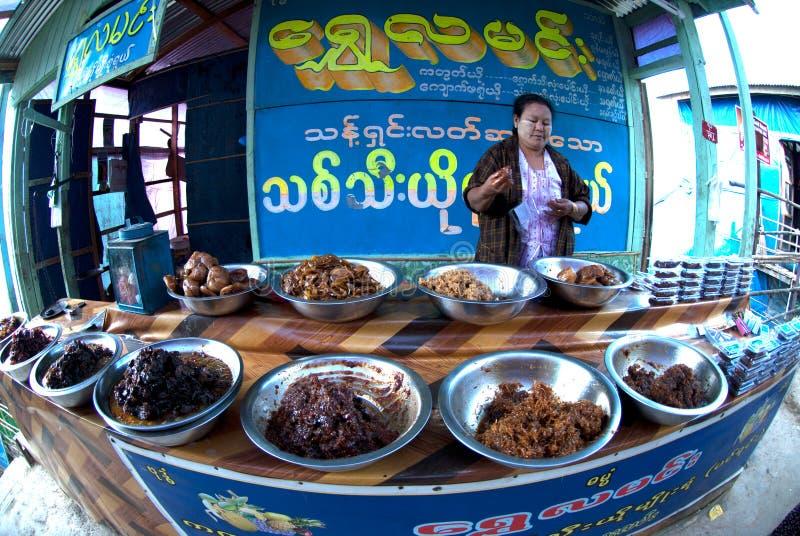 Voedselwinkel in Myanmar stock foto's