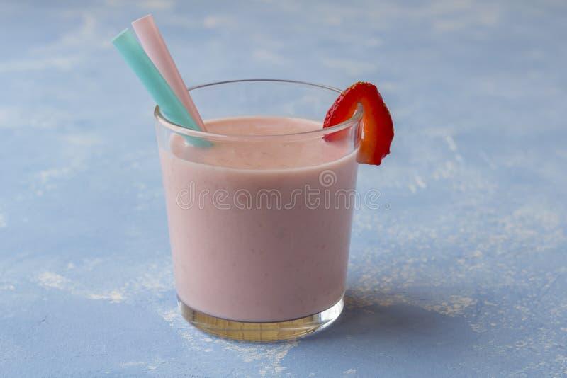 Voedzame aardbei smoothie Verse Organische Vegetarische bessendrank stock afbeeldingen