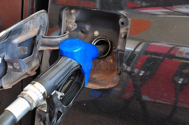 Voeg stookolie aan de auto in de brandstofpomp met toe een automaat selec stock foto