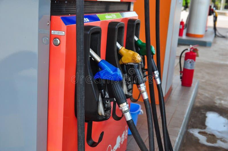 Voeg stookolie aan de auto in de brandstofpomp met toe een automaat selec stock fotografie