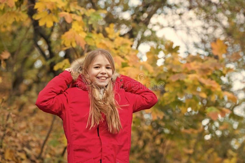 Voel comfortabel in warm jasje Laag van de meisjes geniet de gelukkige slijtage met kap dalings van aard De laag van de kindslijt royalty-vrije stock foto's