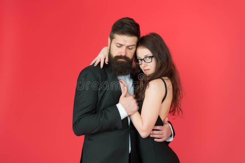 Voel ritme van hart gelukkig samen Man in smoking en vrouwen zwarte kleding die bij partij dansen Het hartstochtelijke paar danse royalty-vrije stock foto's