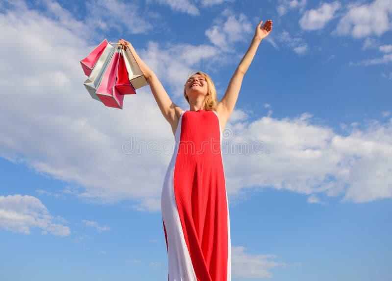Voel vrij om alles te kopen u wilt Vrijheid van keus Meisje tevreden met het winkelen Uiteinden om te winkelen de zomerverkoop stock afbeelding
