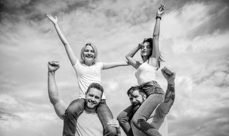 Voel vrijheid Het vrolijke paren dansen Vrienden die het openluchtfestival van de pretzomer hebben De mannen en de vrouwen geniet royalty-vrije stock afbeelding