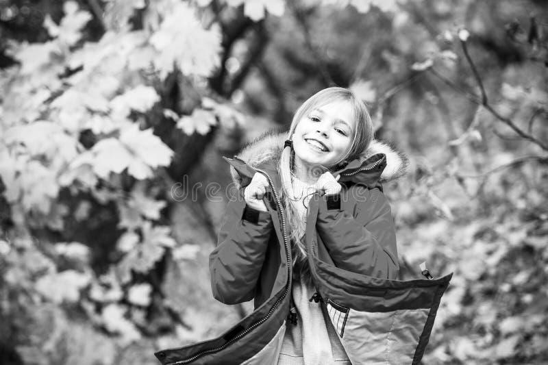 Voel zo comfortabel in warm jasje Het meisje gelukkig in laag geniet van het park van de dalingsaard De modieuze laag van de kind stock foto's
