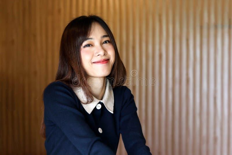 Voelt het Aziatische leuke meisje van de schoonheidsvrouw gelukkige het glimlachen het genieten van tijd op haar slaapkamerachter royalty-vrije stock foto