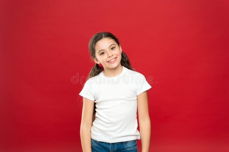 Voelt het jong geitje gelukkige leuke gezicht opgewekte rode achtergrond Opwindende ogenblikken Opwindingsemotie Oprechte opwindi royalty-vrije stock foto's