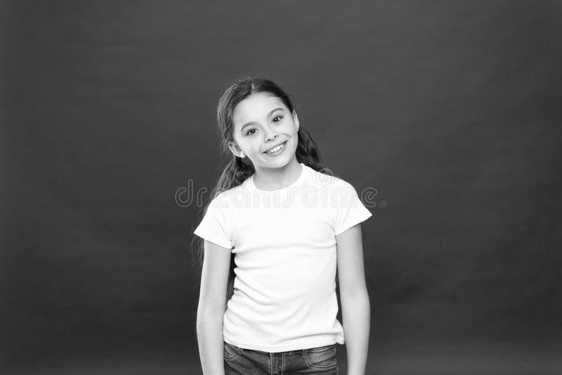 Voelt het jong geitje gelukkige leuke gezicht opgewekte rode achtergrond Opwindende ogenblikken Opwindingsemotie Oprechte opwindi royalty-vrije stock foto