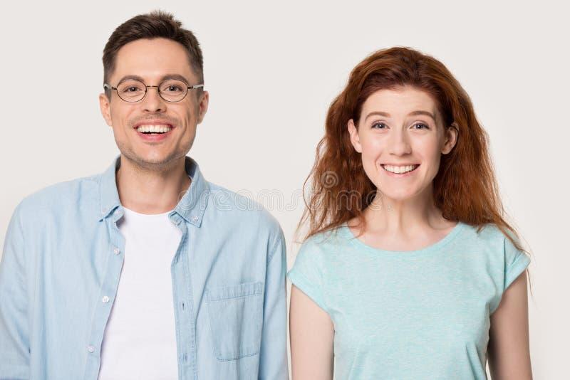 Voelt het het portret millennial paar die van de Headshotstudio camera bekijken gelukkig royalty-vrije stock afbeelding