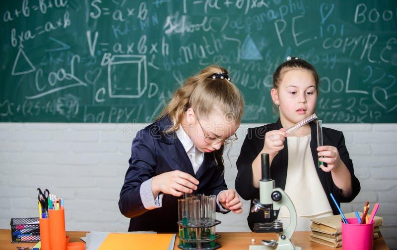 Voer chemische reacties uit Basiskennis van chemie Maak het bestuderen van chemie het interesseren Onderwijsexperiment stock foto's