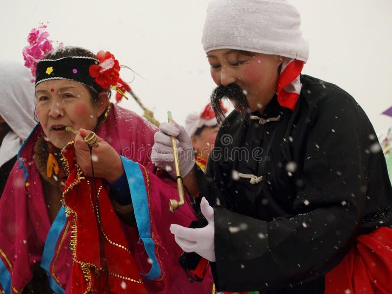 Voer traditionele dans Yangge in de sneeuw uit stock foto's