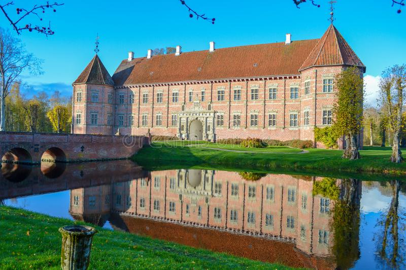 Voergaard slott i Jutland, Danmark royaltyfri fotografi