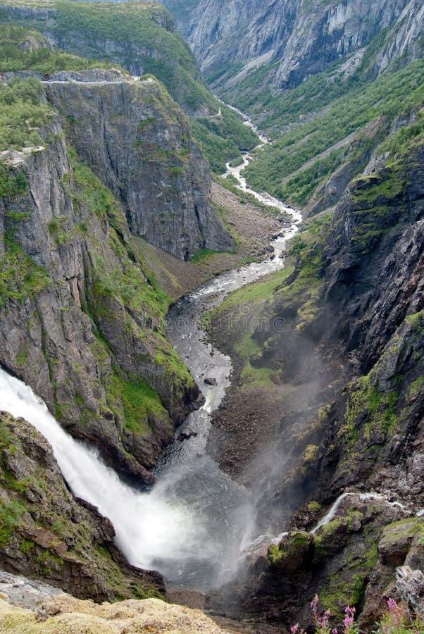 Voeringfossen Wasserfall und Mabodalen lizenzfreie stockfotos