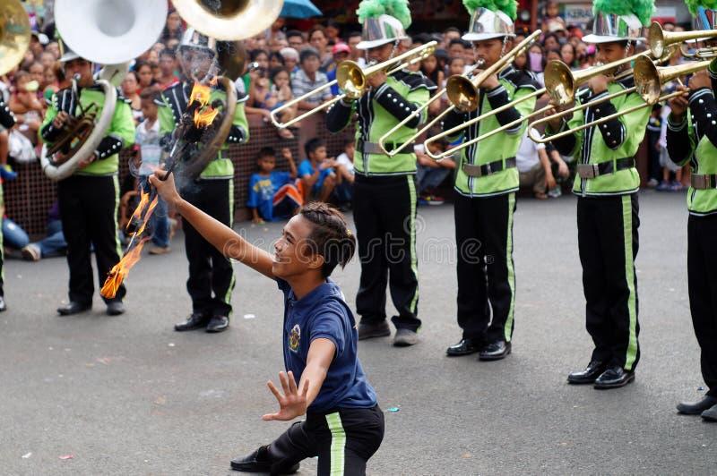 Voert band mannelijke majorette diverse vaardigheden tijdens de jaarlijkse fanfarekorpstentoonstelling uit royalty-vrije stock afbeelding