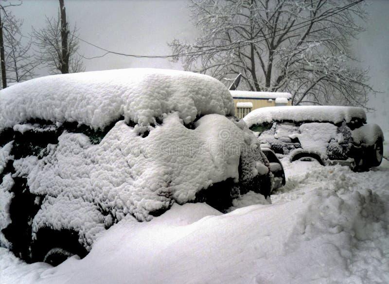 Voertuig onder de reusachtige sneeuw royalty-vrije stock afbeeldingen
