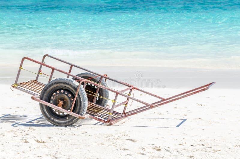 Voertuig op mooi strand stock afbeelding
