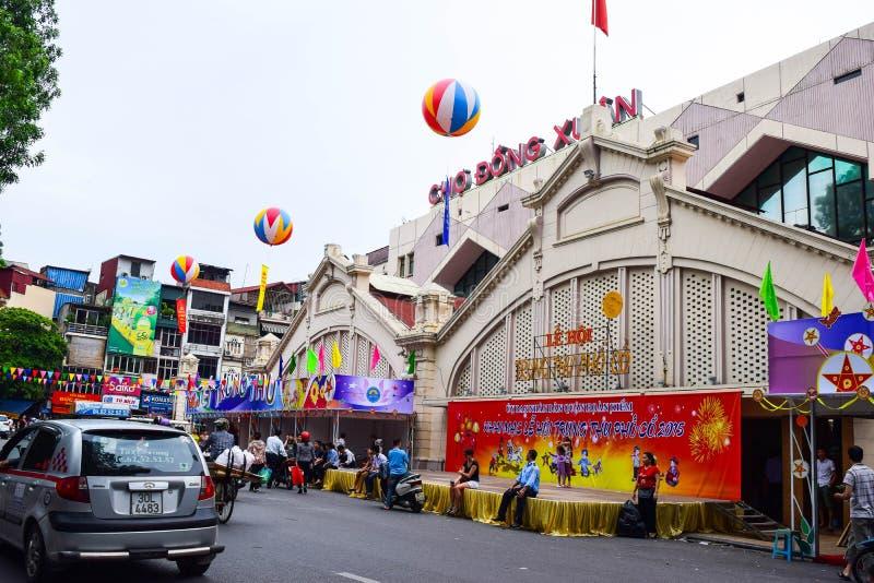 Voertuigen die op een straat naast Dong Xuan-markt in het kapitaal van Hanoi reizen Dong Xuan-markt in medio de herfstfestival stock foto's