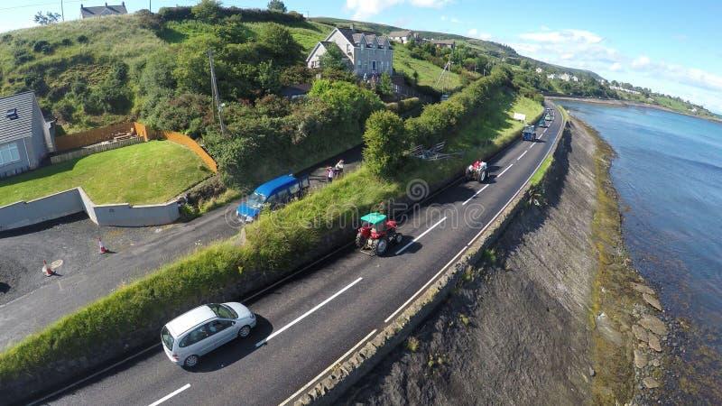 Voertuigen op Co Antrim Noord-Ierland van de kustweg royalty-vrije stock foto's