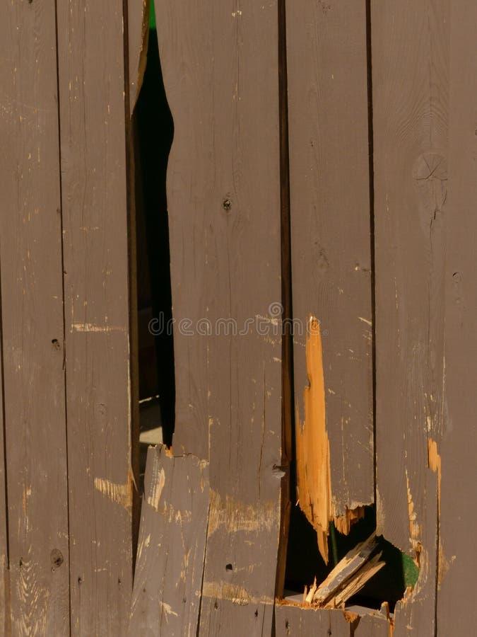 Voertuigschade aan een houten bijlage stock afbeeldingen