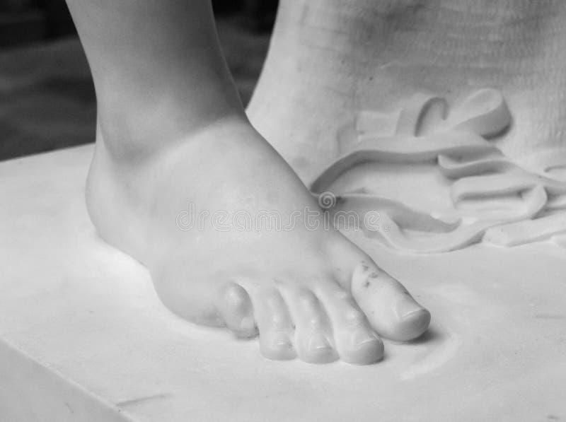 voet Fragment van een antiek marmeren standbeeld Gebarsten grond op de achtergrond royalty-vrije stock afbeeldingen