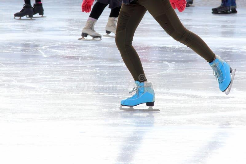 Voet ijs-schaatsende meisjes op de ijsbaan stock foto
