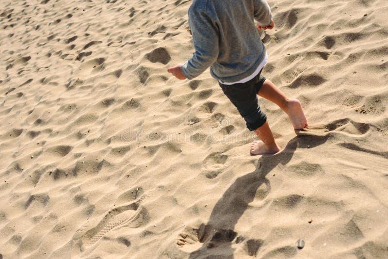 Jongen Die Op Het Strand Loopt Stock Foto - Afbeelding
