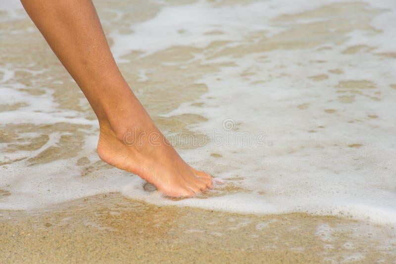 Voet op het strand royalty-vrije stock fotografie
