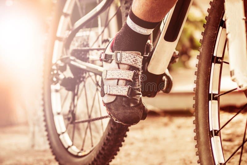 voet op pedaal van fiets, het concept van de fietssport stock foto's