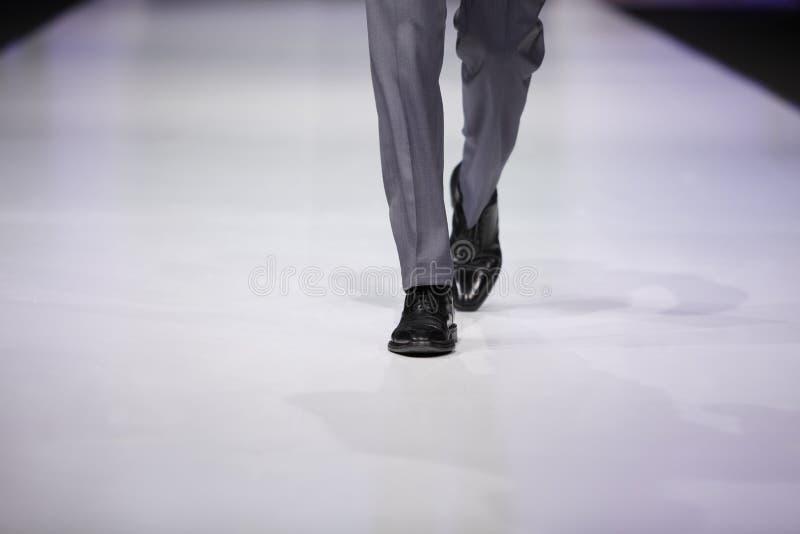 Voet van mannelijk model op loopbrug stock fotografie