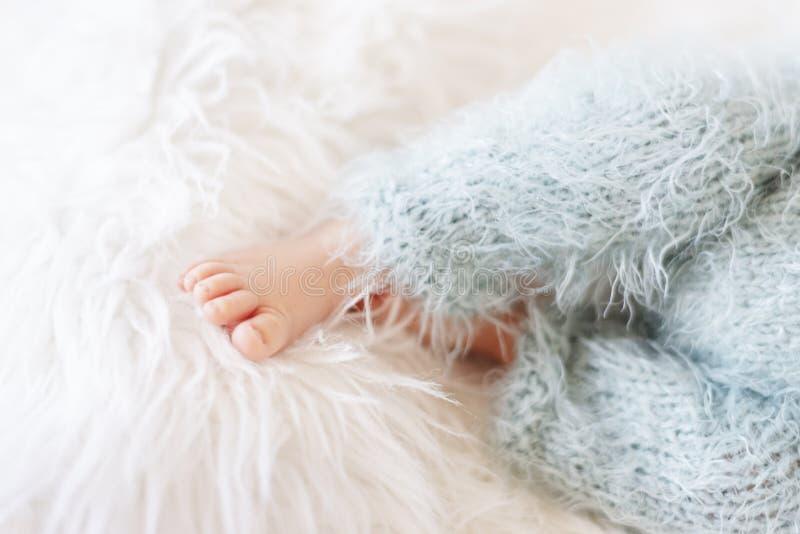 Voet voor pasgeboren baby Kind van pasgeborenen in Blauwe Pants Babyleeuwen in het voorste tapijt royalty-vrije stock foto's