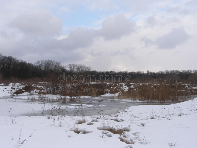 Voetafdrukken in de sneeuw aan het meer royalty-vrije stock fotografie