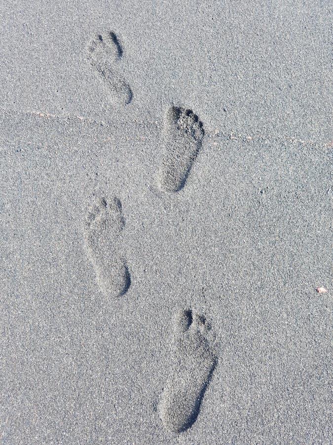 Voetafdrukken in het zwarte zandige strand in Puerto de la Cruz in Tenerife, Europa royalty-vrije stock afbeeldingen