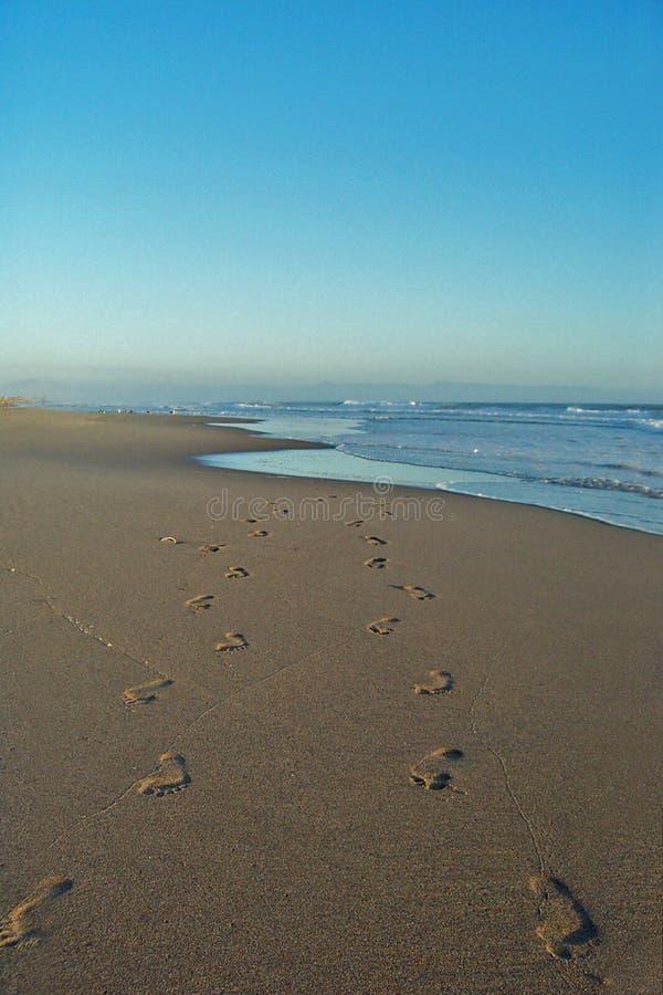 Voetafdrukken op strand stock foto