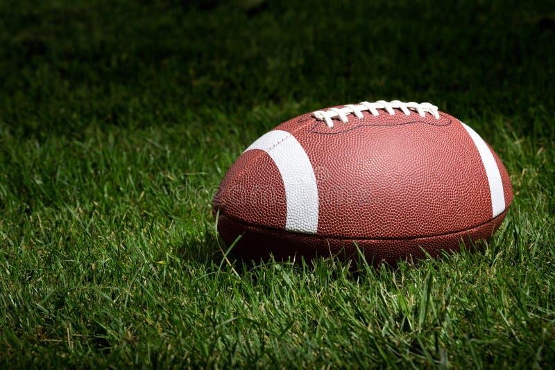 Voetbal in de schijnwerper stock foto's