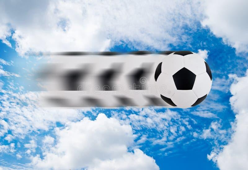 Voetbal die zich door blauwe hemel beweegt royalty-vrije stock afbeelding