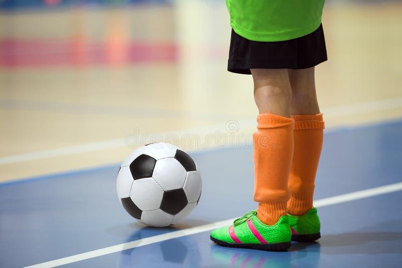 Voetbal futsal opleiding voor kinderen Binnenvoetbal jonge speler stock afbeelding