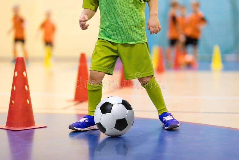 Voetbal futsal opleiding voor kinderen Voetbal opleiding het druppelen stock foto's