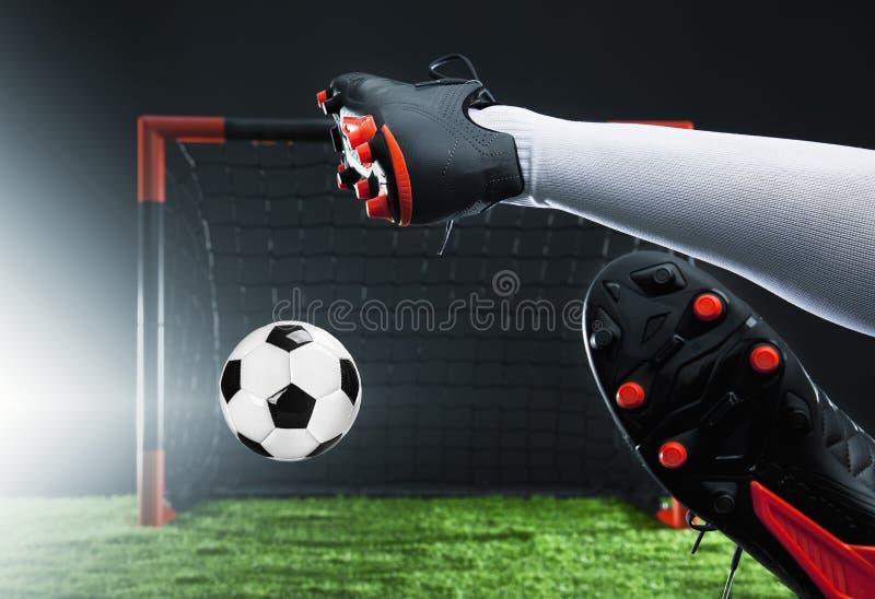 Voetbal Kampioenschapsconcept met voetballer Striker die op doel schieten stock fotografie