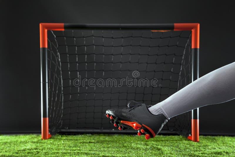 Voetbal Kampioenschapsconcept met voetballer Striker die op doel schieten stock foto's