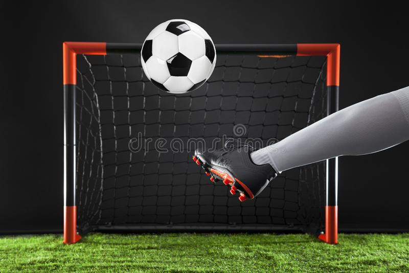 Voetbal Kampioenschapsconcept met voetballer Striker die op doel schieten royalty-vrije stock foto