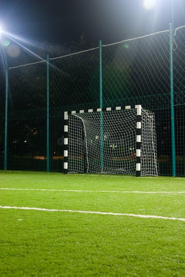 Voetbal in nacht royalty-vrije stock afbeelding