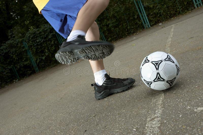 Voetbal op de straat stock afbeelding