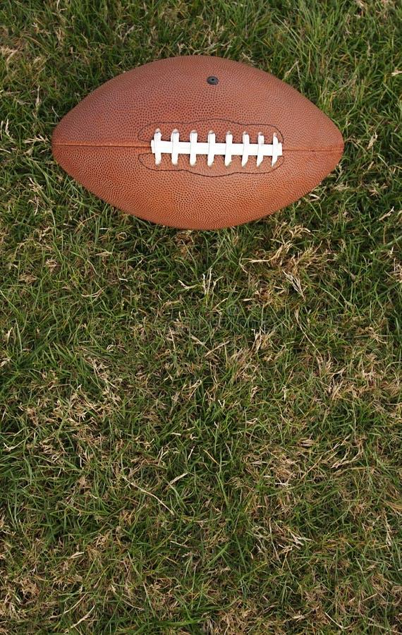 Voetbal op gras met ruimte voor exemplaar stock foto's