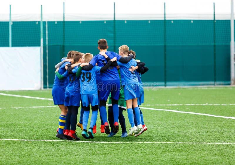 Voetbal opleidingsvoetbal voor jonge geitjes team vóór spel Opleidend, actieve levensstijl, sport, kinderenactiviteit royalty-vrije stock fotografie