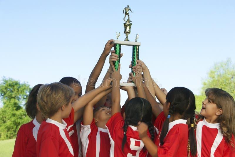 Voetbal Team Raising Trophy royalty-vrije stock foto