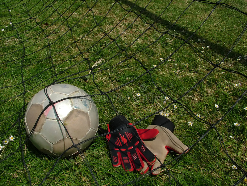 Voetbal - voetbalbal in doel stock fotografie