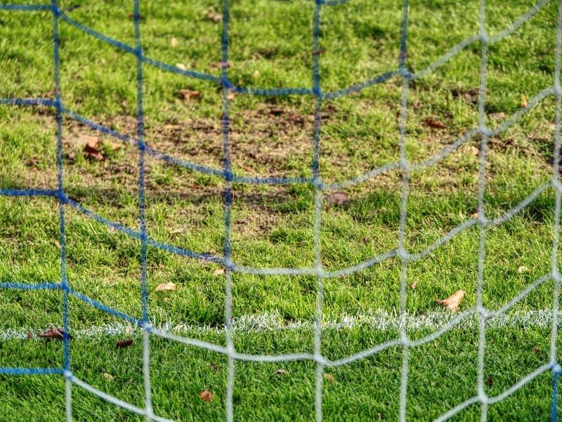 Voetbal of voetbalhoeklijnen door veiligheidsnet Weergeven van achter de tribune netto met vage stadion en gebiedshoogte royalty-vrije stock afbeeldingen