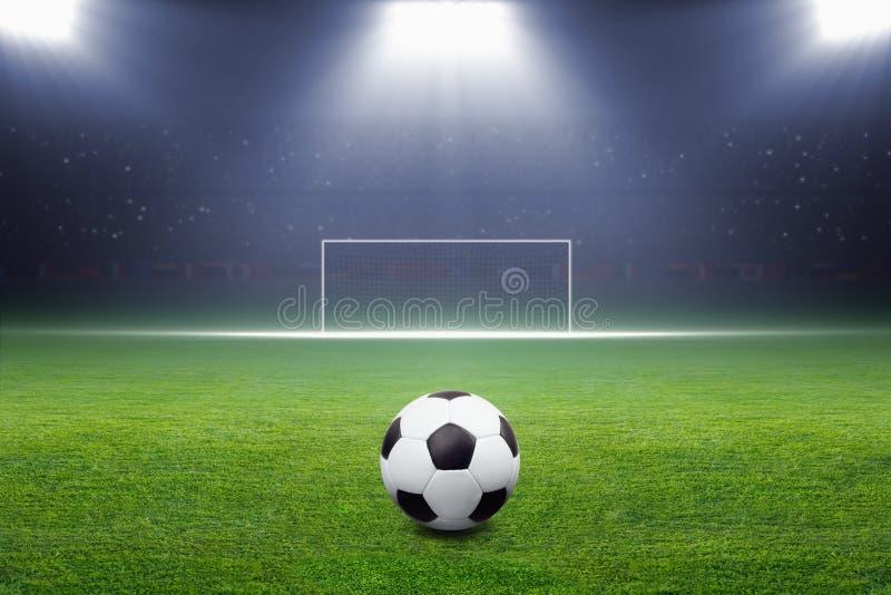 Voetbalbal, doel, schijnwerper stock foto's
