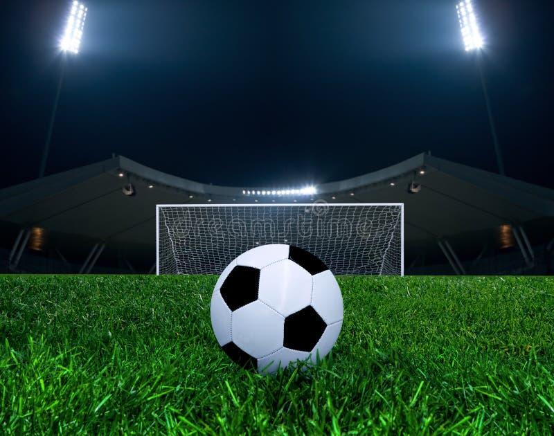 Voetbalbal in een Arena stock afbeeldingen